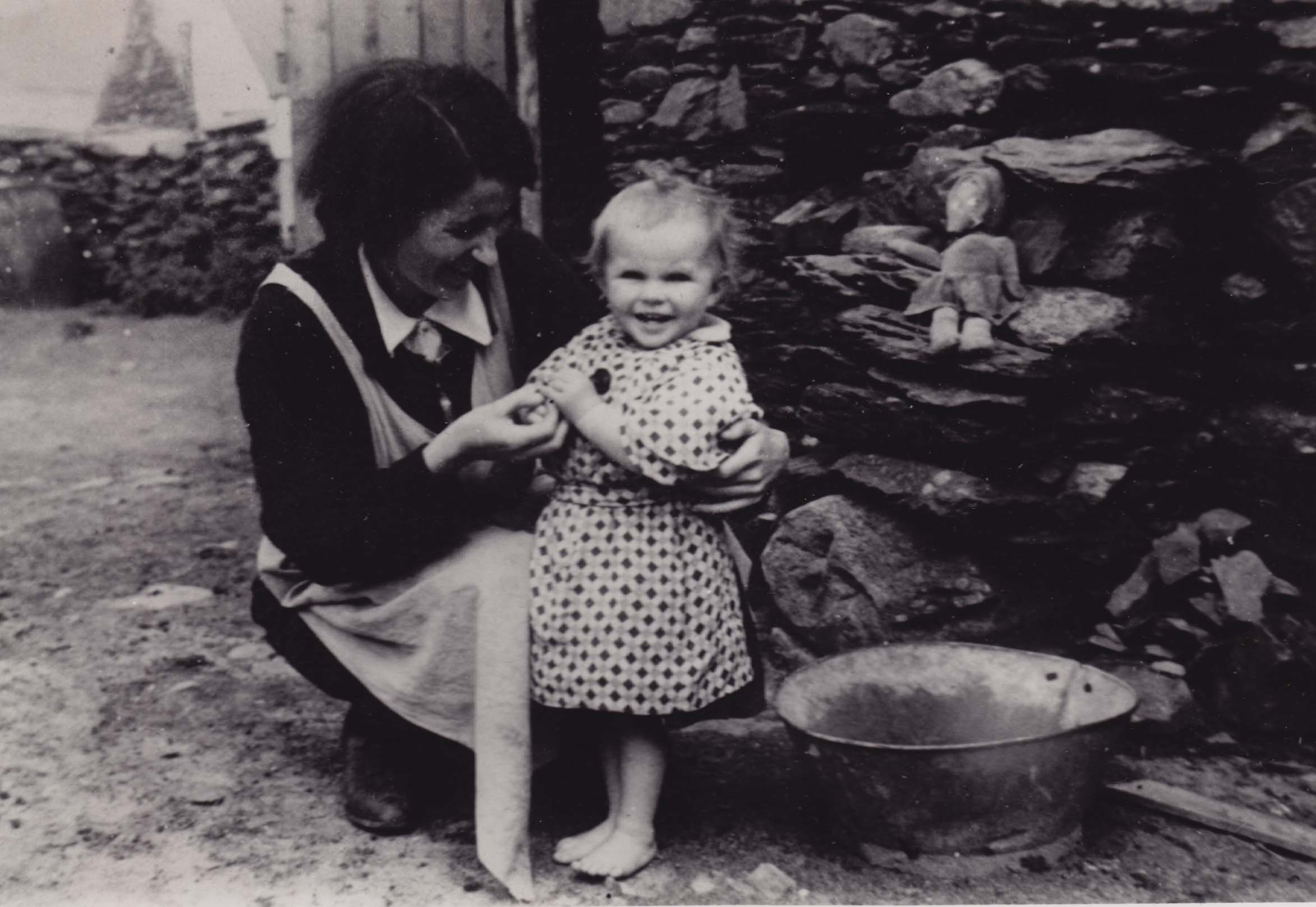 Eibhlis (Ni Shuilleabhain) Ui Chriomhthain with her daughter Niamh, late 1930s. Taken by George Chambers. Courtesy National Folklore Collection, UCD.